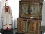 Шкаф поставец, костюм марийской женщины